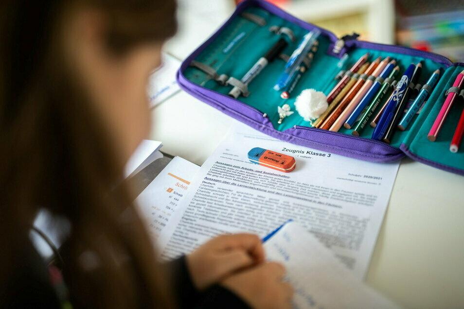 Für Grundschüler heißt es ab Montag: Schluss mit Homeschooling, ab in die echte Schule. Dies ist allerdings freiwillig. So hat es das sächsische Kabinett am Dienstag festgelegt.