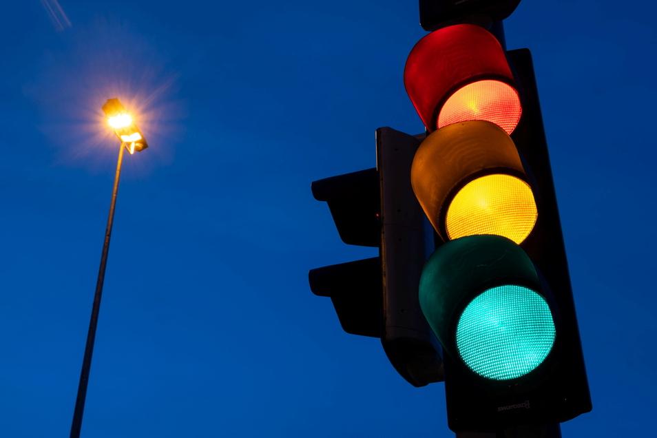 Eine Ampel zeigt die Farben rot, gelb und grün (Langzeitbelichtung). Eine Ampelkoalition aus SPD, FDP und Grünen würde der Industrieverband bevorzuegen.