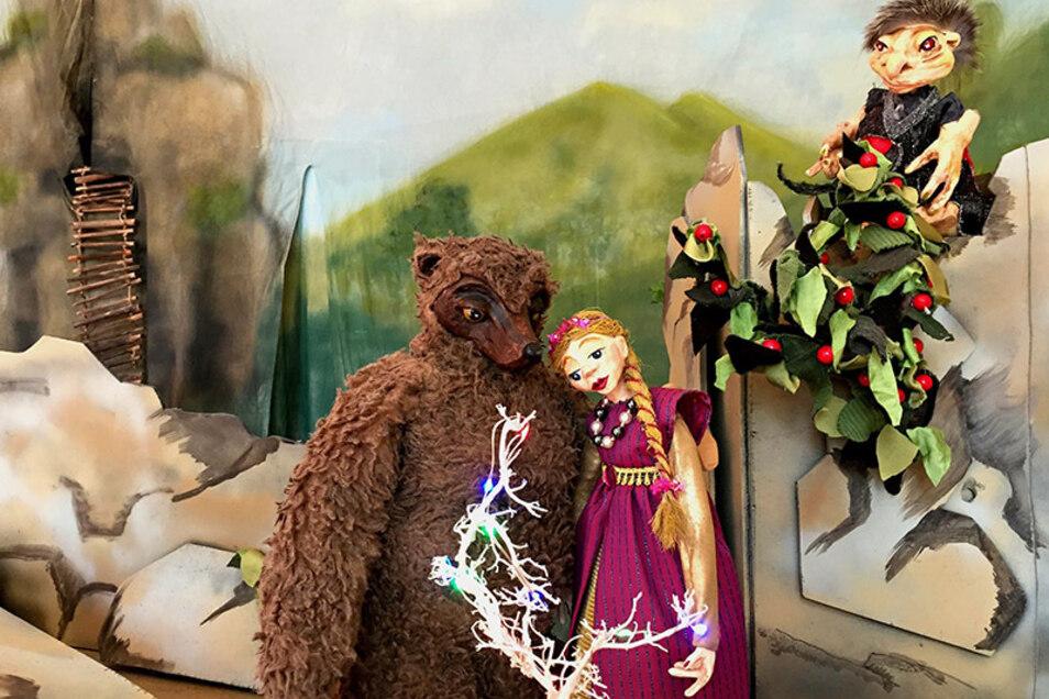 Die Prinzessin und der verwandelte Prinz hoffen beide auf eine Umkehrung des Zaubers.