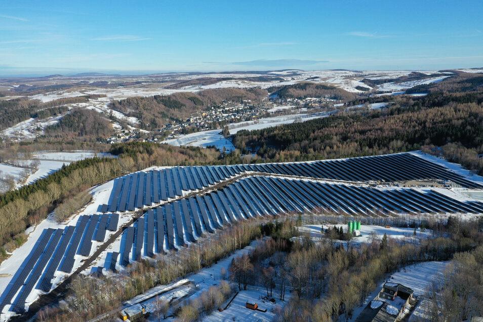 Diese Solaranlage zur Stromgewinnung steht auf Tiefenbachhalde in Altenberg. Ein ähnliches Projekt ist jetzt in Dippoldiswalde geplant.