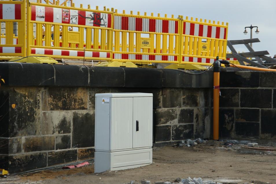 Noch haben die Brandermittler den Raum an der Augustusbrücke gesperrt. Dieser provisorische Verteilerkasten wurde dahinter aufgestellt und sichert, dass die Straßenbeleuchtung wieder funktioniert.