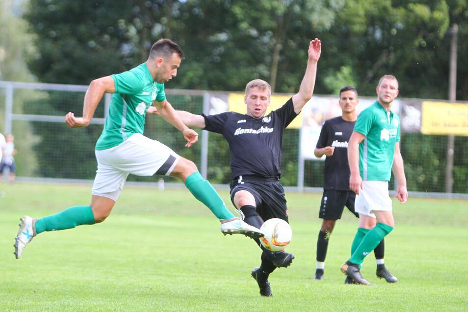 Der Lichtenberger Daniel Bellmann (l.) im Duell mit dem Bautzener Julien Hentsch. Budissa gewann mit 2:1 nach Verlängerung.