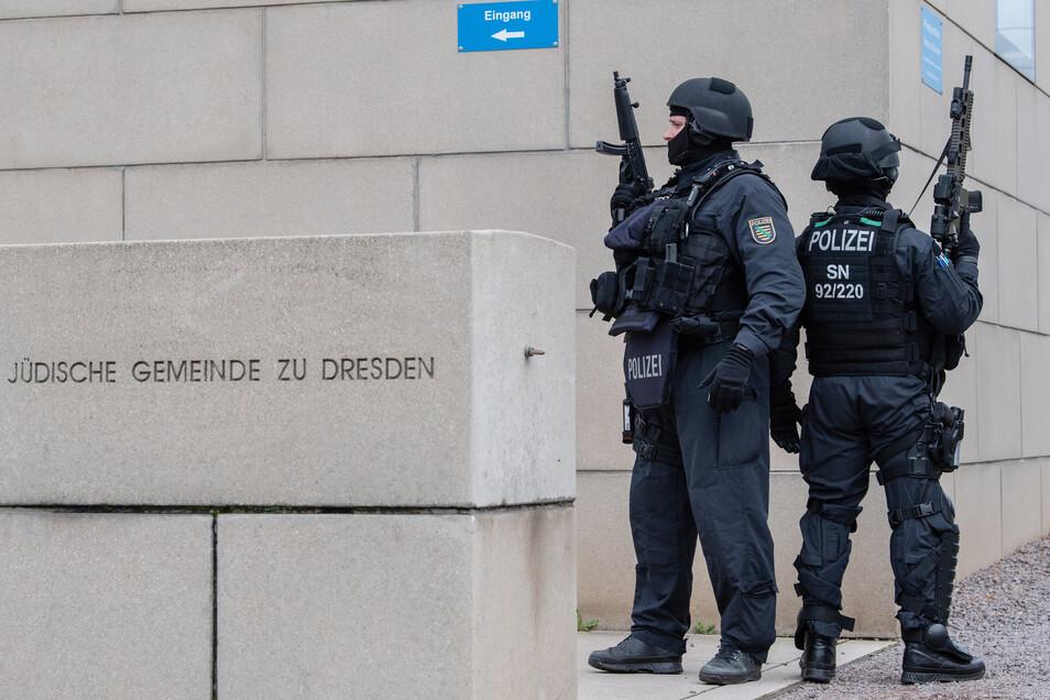 Zwei schwer bewaffnete Polizisten bewachen die Synagoge in Dresden.