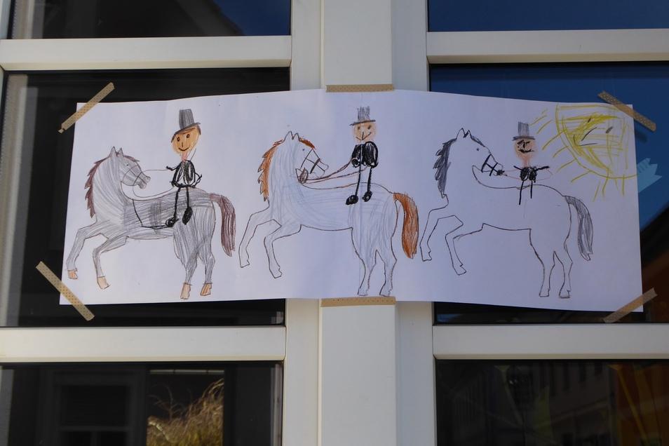 Saatreiten einmal anders - in Corona-Zeiten. Das Bild ziert die Fenster eines Hauses in der Edmund-Kretschmer-Straße.