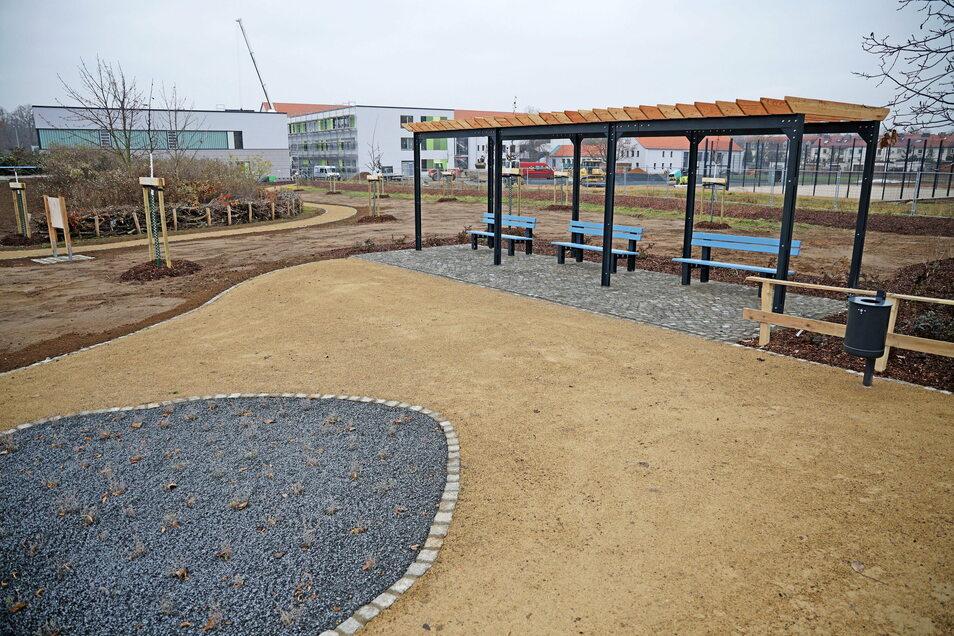 Im Hintergrund laufen derweil die Bauarbeiten an der Oberschule Am Merzdorfer Park.
