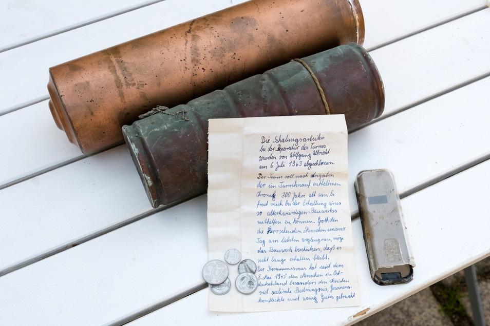 Diese beiden Kapseln waren im Juni aus der Kirchturmspitze in Jauernick geholt worden - dazu die private Uhrenschachtel von Wolfgang Ulbricht, in der er einst einen Brief und einige DDR-Münzen versteckt hatte.