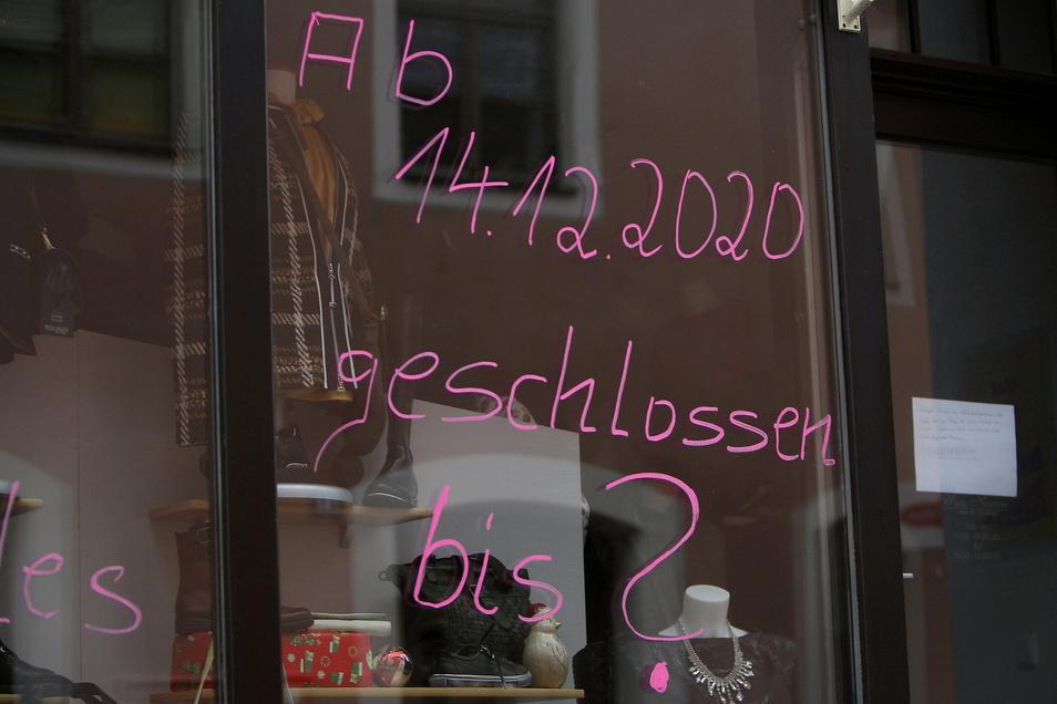 Schaufenster-Aufschrift in der Schuhgasse: Viele Geschäfte halten den Lockdown nicht mehr lange durch.