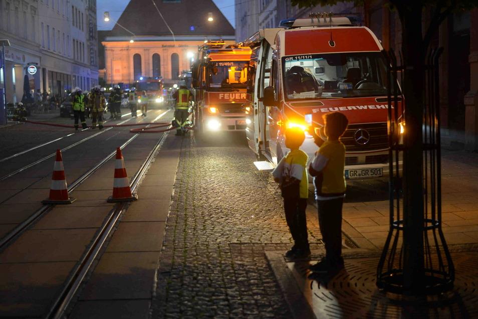 Ein Großaufgebot von Feuerwehr, Polizei und Rettungsdienst ist schnell vor Ort und kann Schlimmeres verhindern. Die Kripo ermittelt wegen des Verdachts der schweren Brandstiftung.