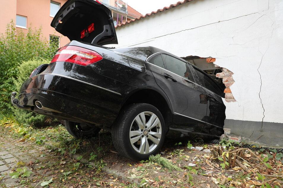 Der Mercedes durchbrach einen Zaun samt Hecke und fuhr dann durch eine Lagerwand.