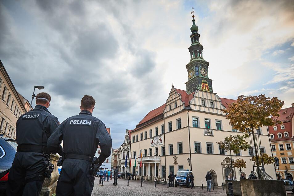 """Polizei am Pirnaer Markt. """"Nach einem kommunikativ geprägten Einsatzkonzept gehandelt."""""""