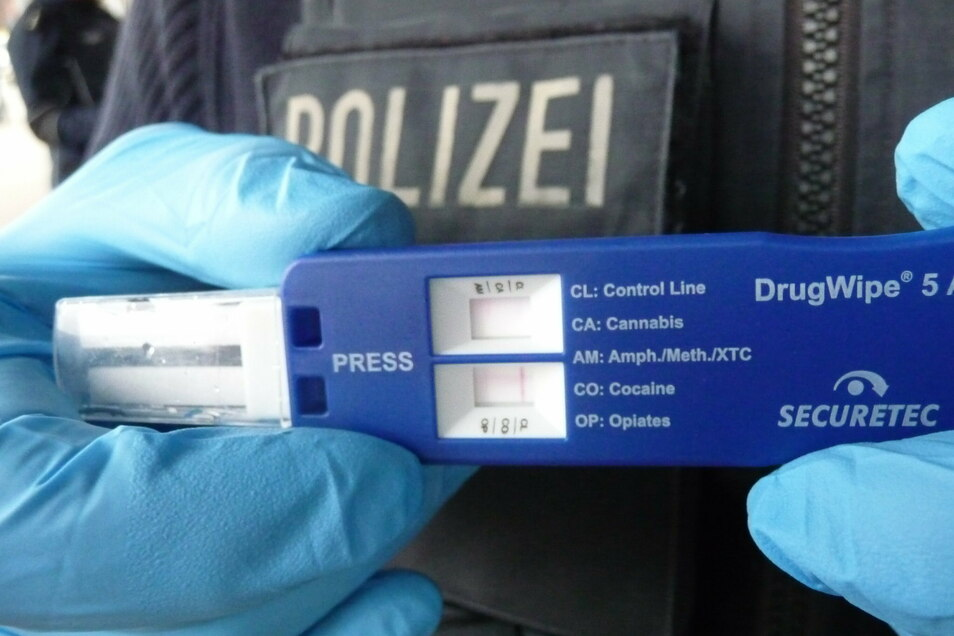 Drogenscreening to go: Bei einem Tschechen mit Maske aber ohne Ausweis und Fahrkarte springt der Test auf Amphetamine an.