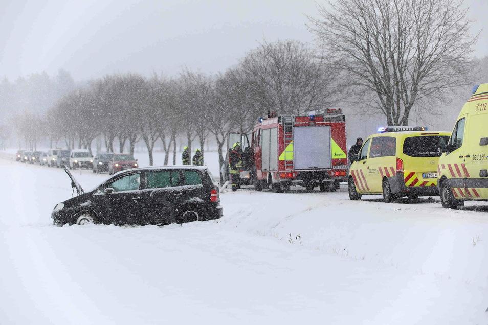 Bei Fischbach kam ein VW von der Straße ab und überschlug sich. Zahlreiche Rettungskräfte waren im Einsatz.