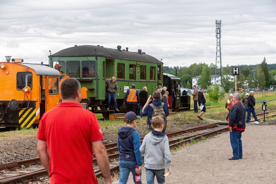 Der erste Fahrtag war aus Sicht des Vereins ein voller Erfolg. Bereits am Vormittag kamen viele Besucher zum Bahnhof Dresden-Gittersee.