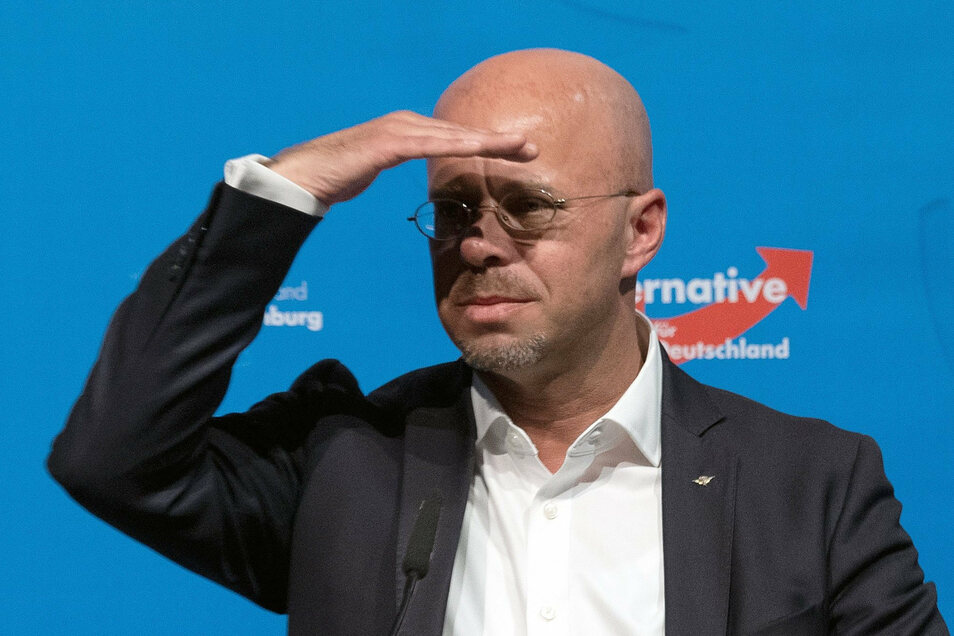 Der frühere Brandenburger AfD-Chef Andreas Kalbitz lässt sein Amt als Fraktionsvorsitzender bis zu einer ersten Entscheidung des Berliner Landgerichts ruhen.