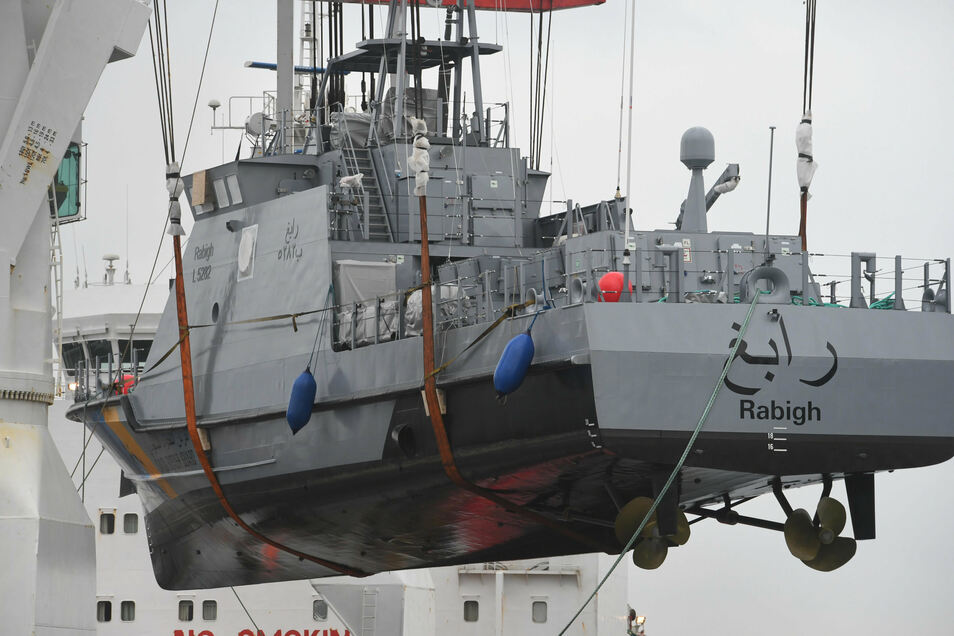 Ein Küstenschutzboot für Saudi-Arabien wird im Hafen von Mukran bei Sassnitz auf ein Transportschiff verladen.