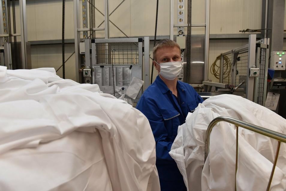 Hygiene wird in der Dippser Wäscherei Reichel seit jeher großgeschrieben. Dieses Bild in der Wäschesortierung mit Mund-Nasenschutz ist 2019 entstanden, lange vor dem Ausbruch von Corona.
