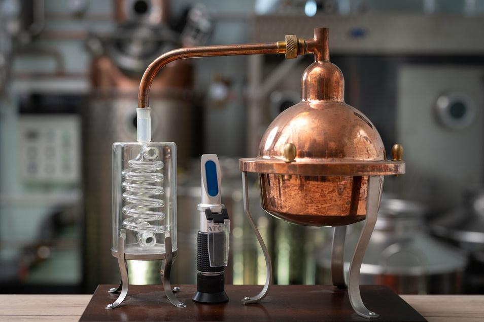 Eine (kleine) Destille - in Sachsens großen Brennereien wird freiwillig in anderen Maßstäben destilliert.