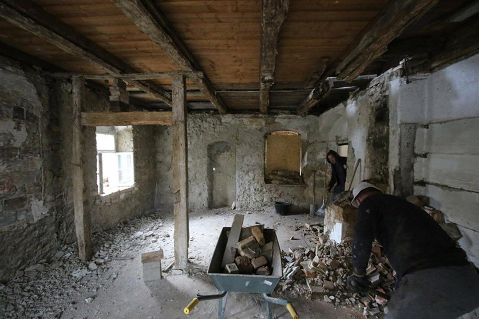 Aus dem Inneren des Gebäudes musste viel altes Material entfernt werden.