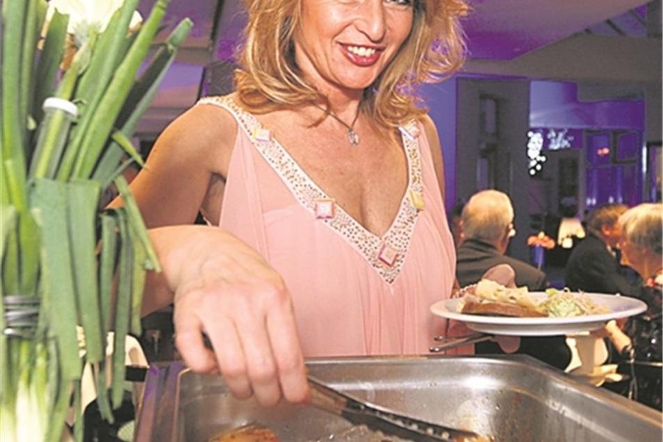 Welche Leckerei darf's sein? Steffi Goll aus Bad Schandau hat es am Buffet auf den Prager Krustenbraten abgesehen, den Köche der Neustadthalle zubereiteten.