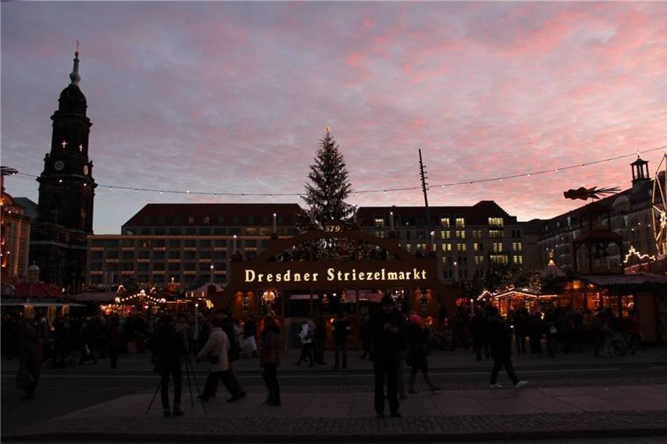 Am Mittwoch ist in Dresden der 579. Striezelmarkt eröffnet worden.
