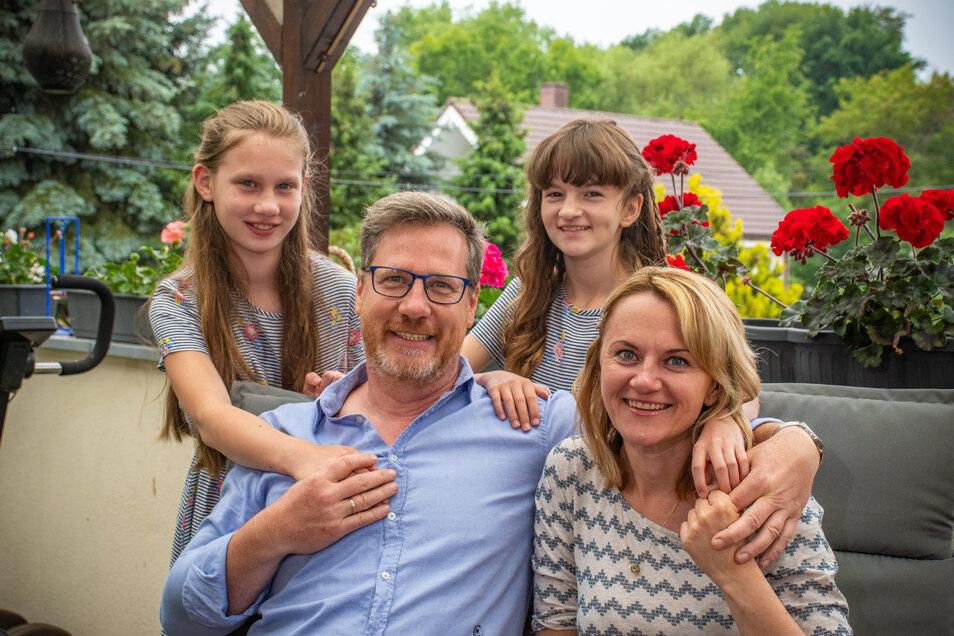 Gaben ihre Wohnung in Dresden und ihr Haus in Mügeln auf, um sich in Niederstriegis ihr Nest zu bauen: Alisiya (vorn rechts) und Andreas Fiege mit ihren Töchtern Matilda (links) und Nicole.