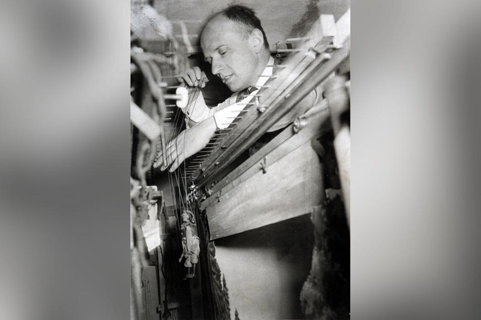 Heinz Kotte in Aktion. Im Hinterhof des Hauses Obermarktgasse 20 betrieben der Künstler sowie Handwerker und seine Frau Friedel die Kleinkunstbühne weiter, die Kottes Vater Gustav bereits 1918 gegründet hatte. Nachdem sie 1952 auf Geheiß der DDR-Regierung