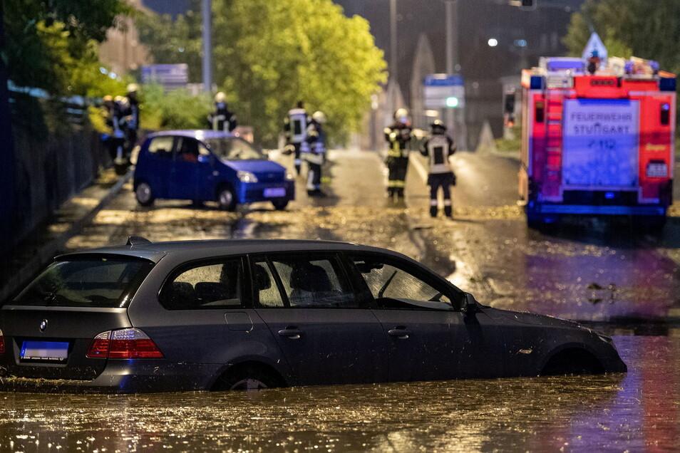 Ein Auto steht in der überfluteten Autounterführung in Stuttgart.