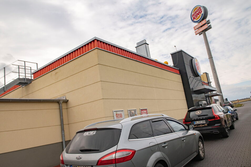 Auch bei Burger King Thiendorf nebenan ist am McDrive teilweise reger Andrang.