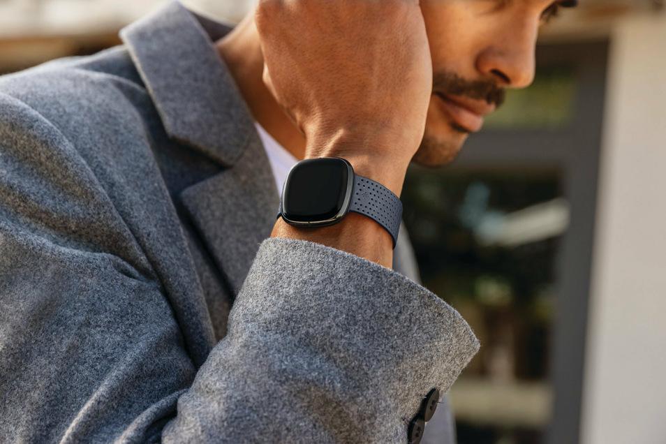 Mit einer Smartwatch ähnlich dieser, die ein EKG schreiben und den Blutsauerstoff messen kann, werden für eine neue Studio Corona-Risikopatienten ausgerüstet. Mit der Technik soll der beste Zeitpunkt für einen Krankenhausaufenthalt ermittelt wer