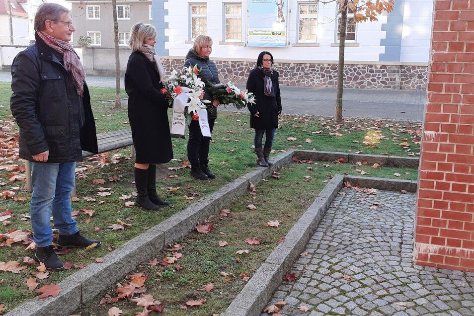 CDU-Fraktionschef Helmut Jähnel, Bürgermeisterin Kerstin Köhler, Linken-Fraktionschefin Uta Knebel und Annett Schön (AfD) beim Gedenken am Poppitzer Platz.