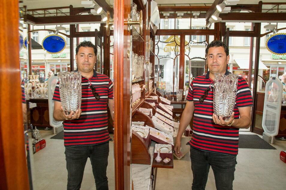 Mohammed Ahmad hat in den früheren Räumen der Parfümerie Thiemann in der Berliner Straße - eines der letzten historischen Ladengeschäfte - ein Geschäft für Böhmisches Kristall eröffnet.