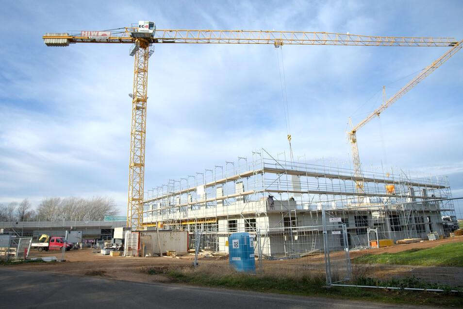 """Die Bauarbeiten an Schulgebäude und Sporthalle in Ullendorf gehen voran. """"Wir haben uns sogar ein Zeitpolster erarbeitet, falls der Winter härter wird, als erwartet"""", so Bürgermeister Mirko Knöfel."""