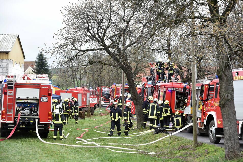 Ostern vor einem Jahr: Ein großes Feuerwehraufgebot löscht den Kuhstall-Brand in Neundorf.