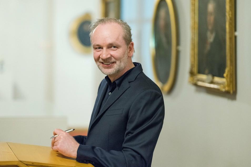 """Bestsellerautor Ferdinand von Schirach ist ein Dauerfall für die ARD: Nach """"Terror"""" und """"Gott"""" ist """"Feinde"""" schon das dritte Großprojekt mit ihm - und noch größer geworden."""