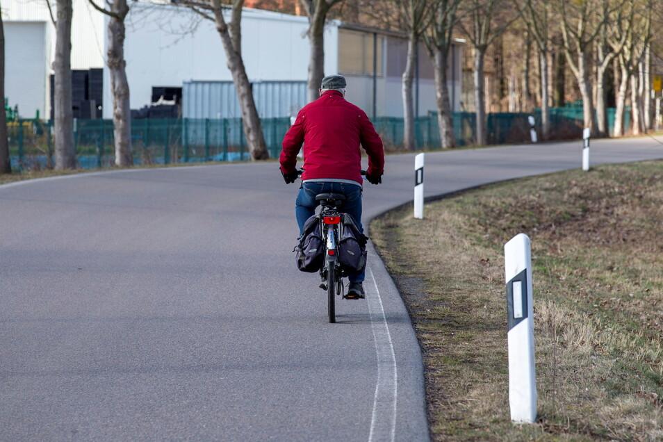Radfahrer auf der Straße von Bonnewitz nach Graupa, wo ein Fuß- und Radweg fehlt: Wo lässt sich im Radverkehrsnetz noch was verbessern?