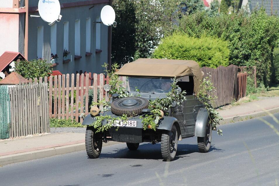 Mehrfach wurde die Szene, wie die Fahrzeuge die Einfahrt passieren, gedreht.