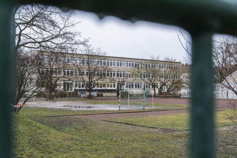Die Trinitatisschule soll an die Wohnungsgesellschaft Riesa (WGR) übertragen werden. Ein erster Schritt dahin ist jetzt gemacht - trotz Kritik am zugehörigen Ratsbeschluss.