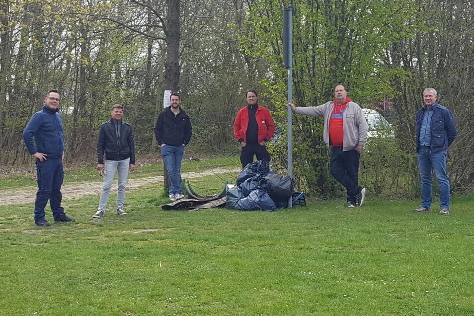 Müllsammeln mit Abstand: der Vorstand der Riesaer FDP-Ortsgruppe samt Unterstützern.