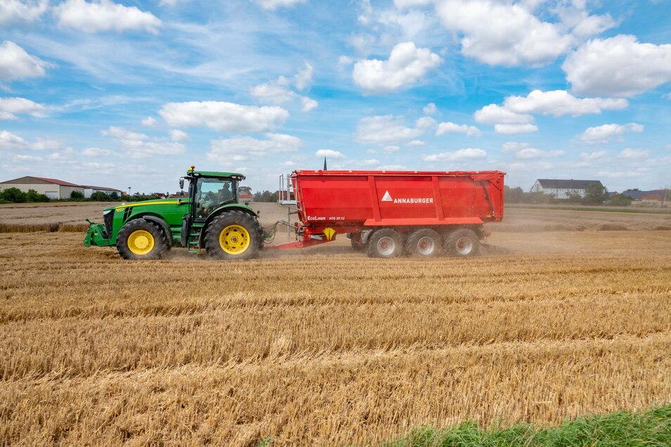 Die Ernte muss ins Lager - das geht nicht ohne Traktor samt Hänger.