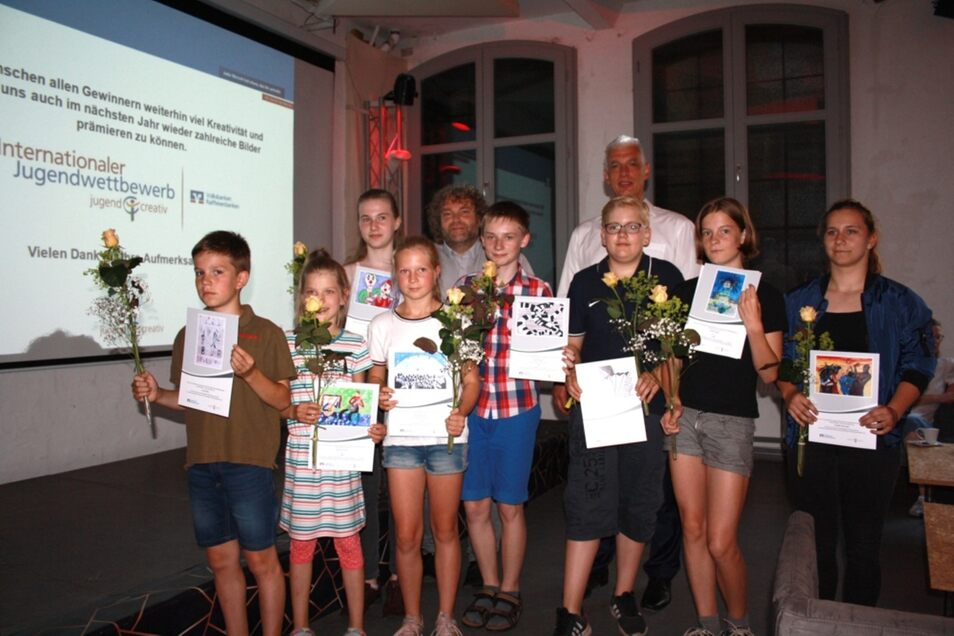 Auch Weißwassers OB Torsten Pötzsch (hintere Reihe, li.) gratulierte den Siegern und Platzierten (v.l.n.r.) Tobi, Miriam, Fiona, Nelly, Robin, Paul, Frieda und Isabelle.