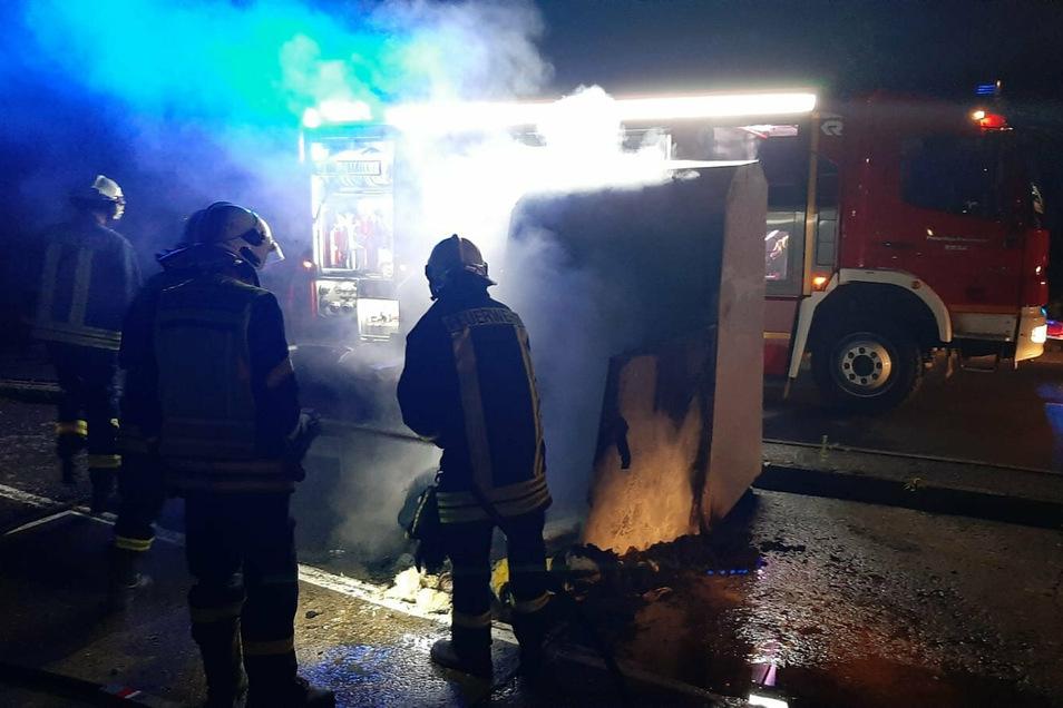 Drei Brände musste Riesas Feuerwehr im Juli 2020 innerhalb einer Nacht löschen. Der Verursacher wurde nun verurteilt.