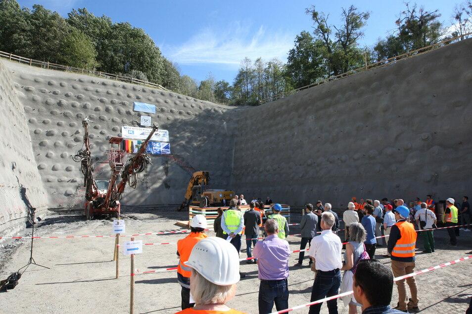 Tunnelanstich im September in Pirna: Oben rechts ist die geschützte Lindenreihe zu sehen.