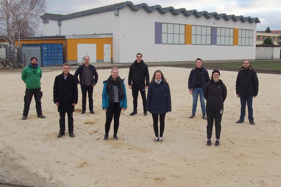 Die nächste Saison kann kommen. Spieler der einzelnen Teams präsentieren das neue Spielfeld der Beachvolleyball-Anlage in Räckelwitz.