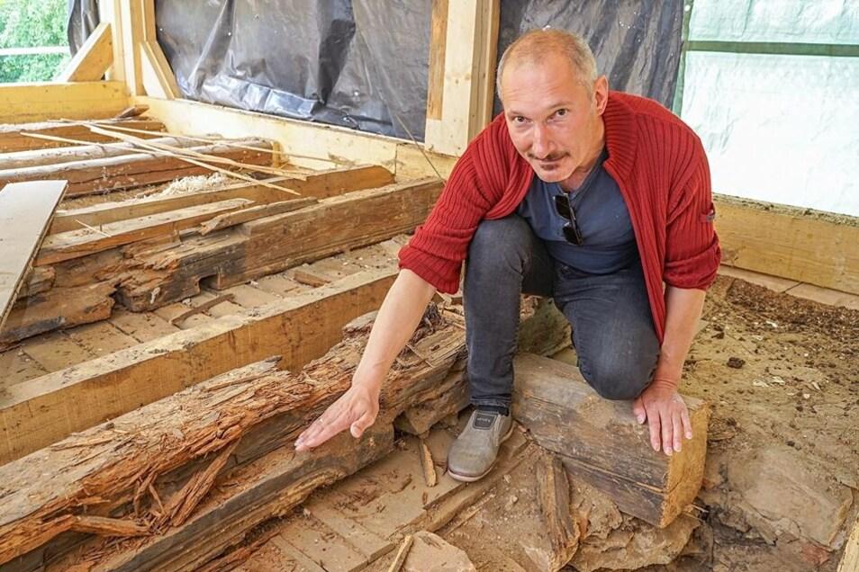 Denkmalpfleger Arnd Matthes untersucht die Bodenkonstruktion in der ersten Etage der Wassermühle. Er vermutet darunter die Reste der Blockstubendecke. Die Analyse steht aber noch aus.