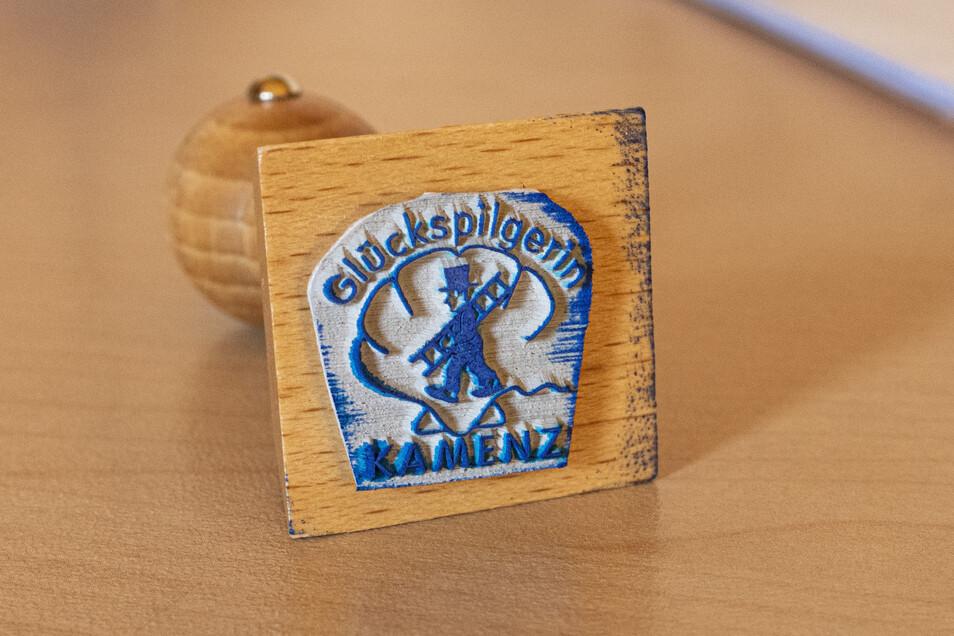 """Auch einen eigenen Stempel hat die """"Glückspilgerin"""". Ihre Freundin Kriemhild Rabe gestaltete ihn. Dieser wird bald in vielen Pilger-Ausweisen prangen."""