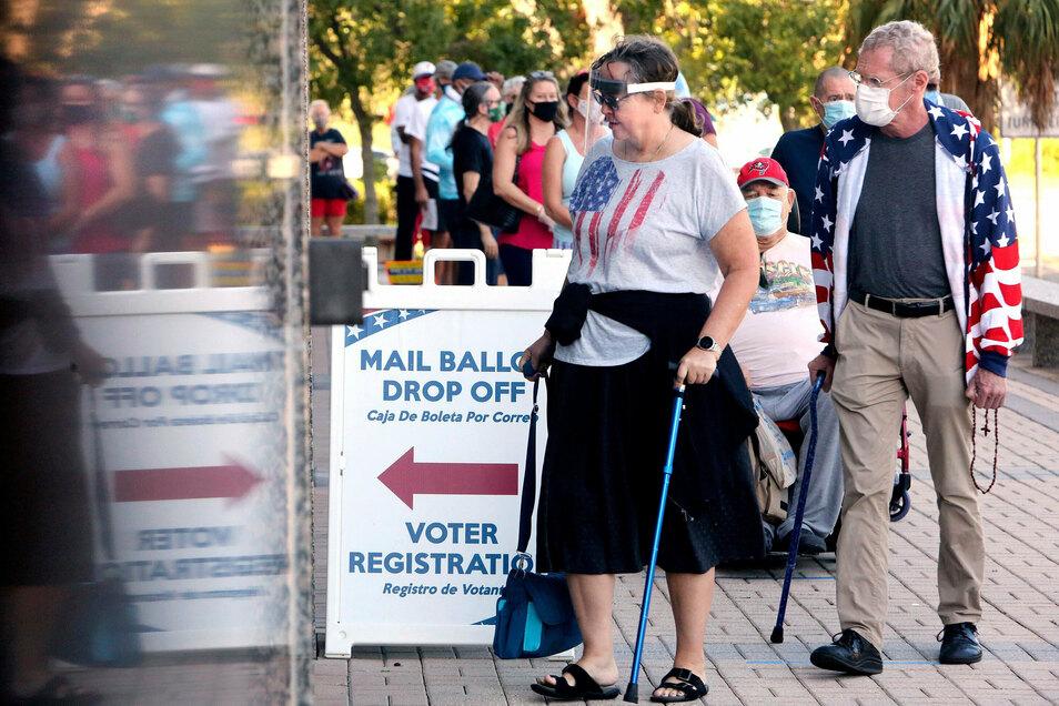 USA, Clearwater: Menschen warten in einer Schlange, um ihre Stimme für die US-Präsidentenwahl abzugeben. Vor den Wahllokalen bilden sich häufig lange Schlangen.