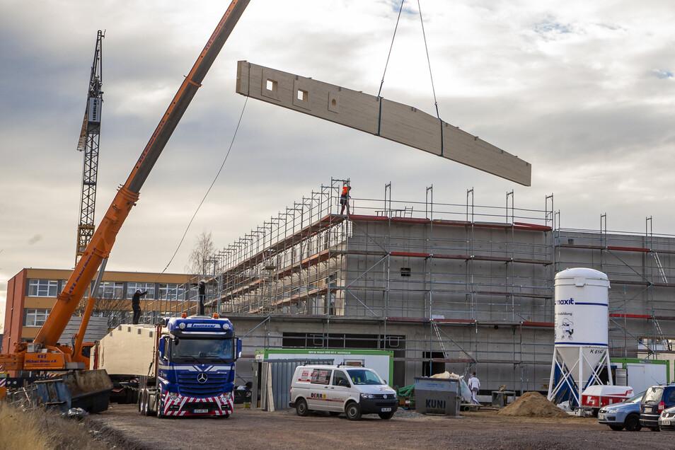 Die Dachträger für die neue Dreifeldhalle in Bannewitz sind etwa 35 Meter lang. Der Transport war eine besondere Herausforderung.