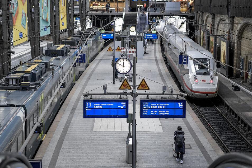 Blick auf einen Bahnsteig am Hamburger Hauptbahnhof. Wo sich normalerweise viele Menschen tummeln, ist zur Zeit so gut wie gar nichts los.