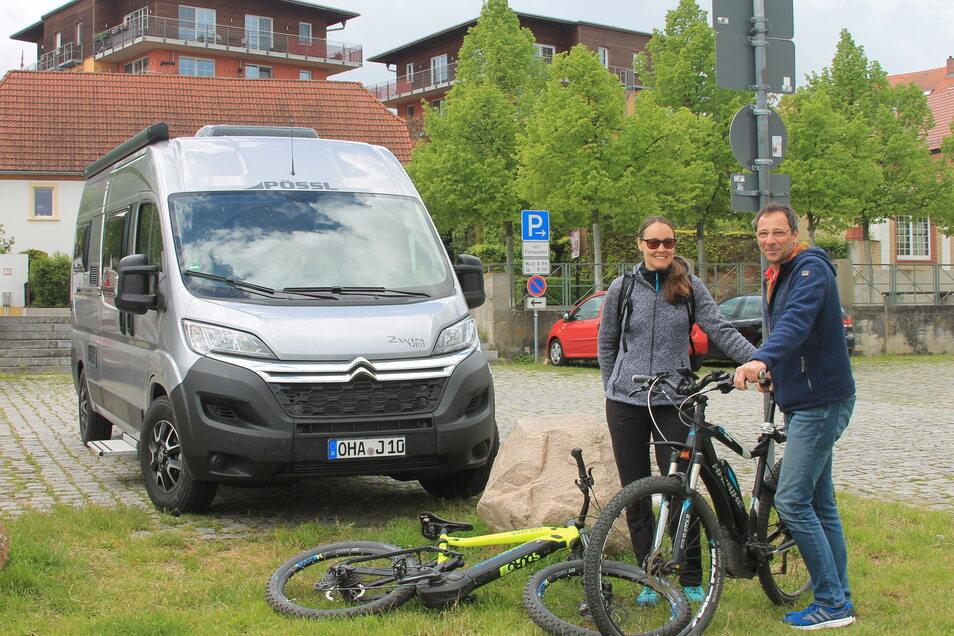 Urlaub auf dem Riesaer Elbeparkplatz: Doris Roddewig und Carsten Brühler sind aus dem Harz an die Elbe gereist - von dort aus geht es auf Radtour.