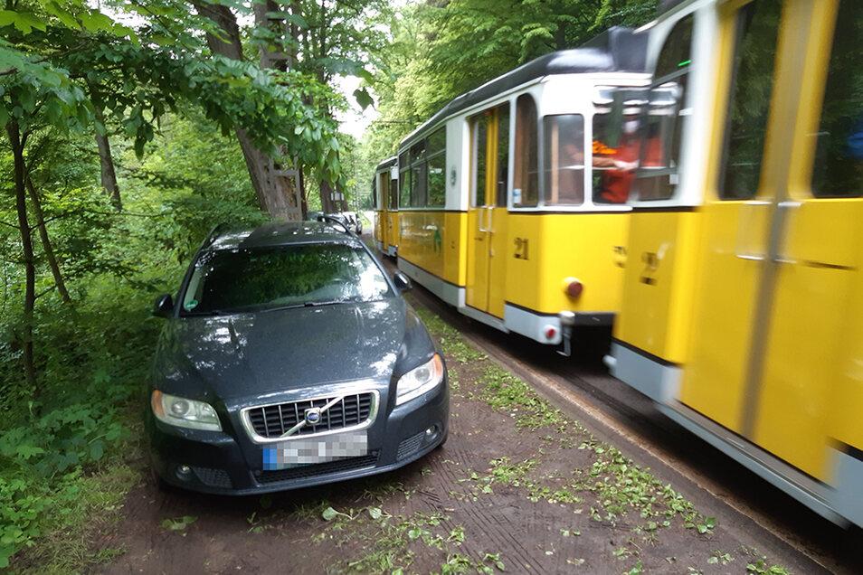 Wildes Parken auf dem Randstreifen: Der Fahrer dieses Autos hat ein Ticket kassiert.